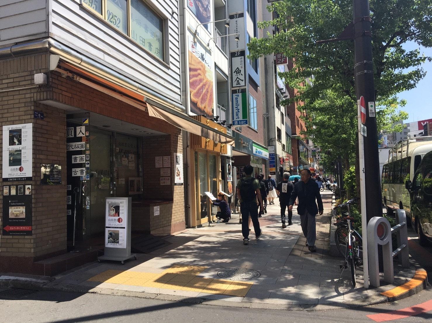 人通りが多い大通り沿いの歩道