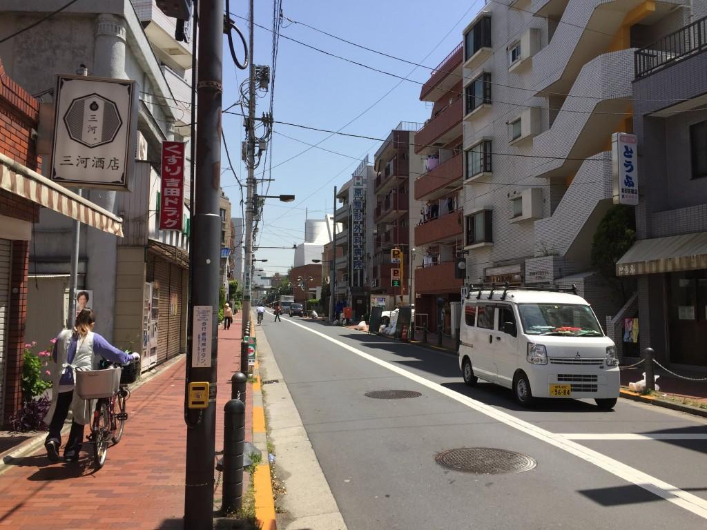 歩道がある大通り沿い