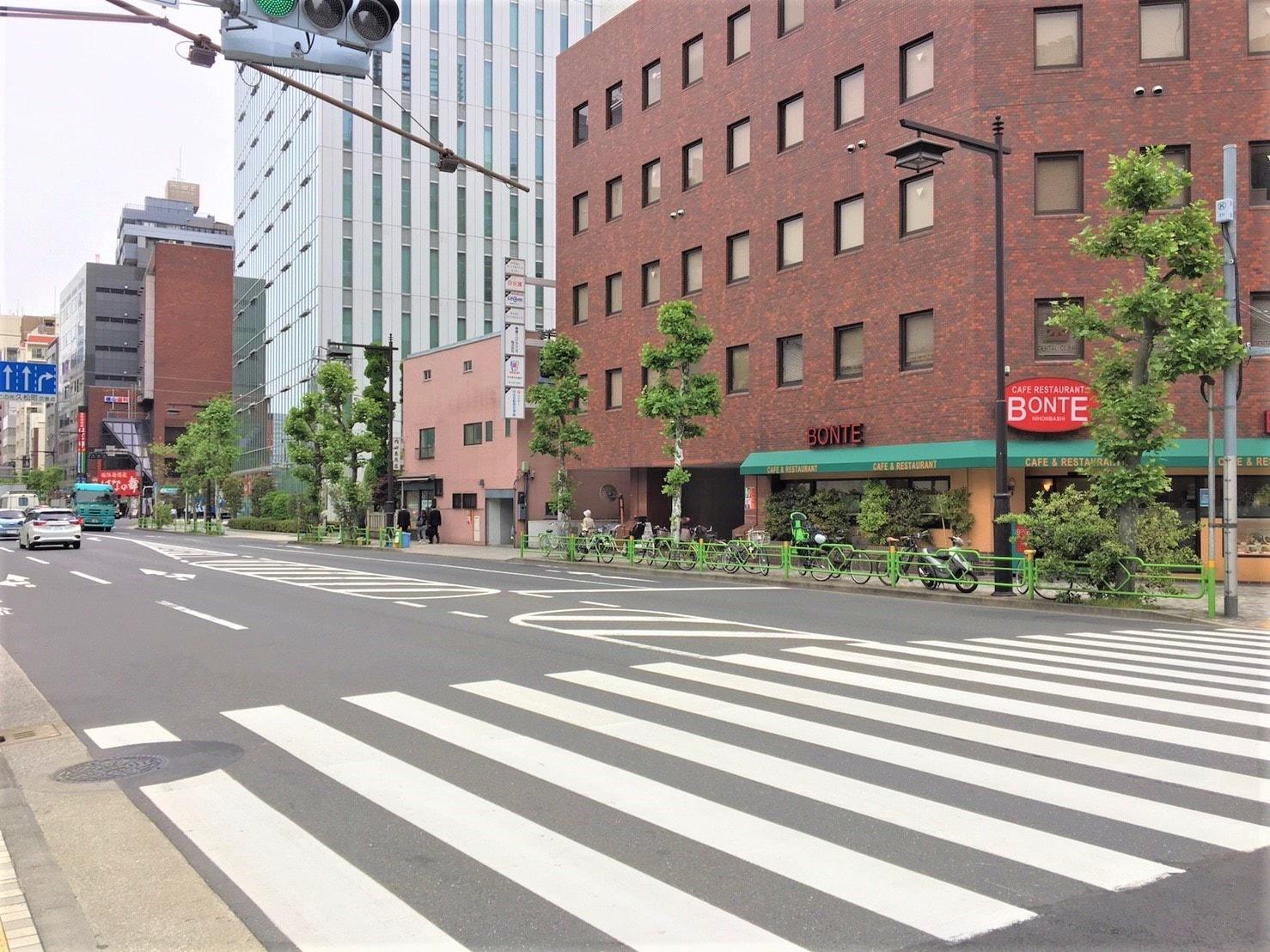 人通りが少ない歩道