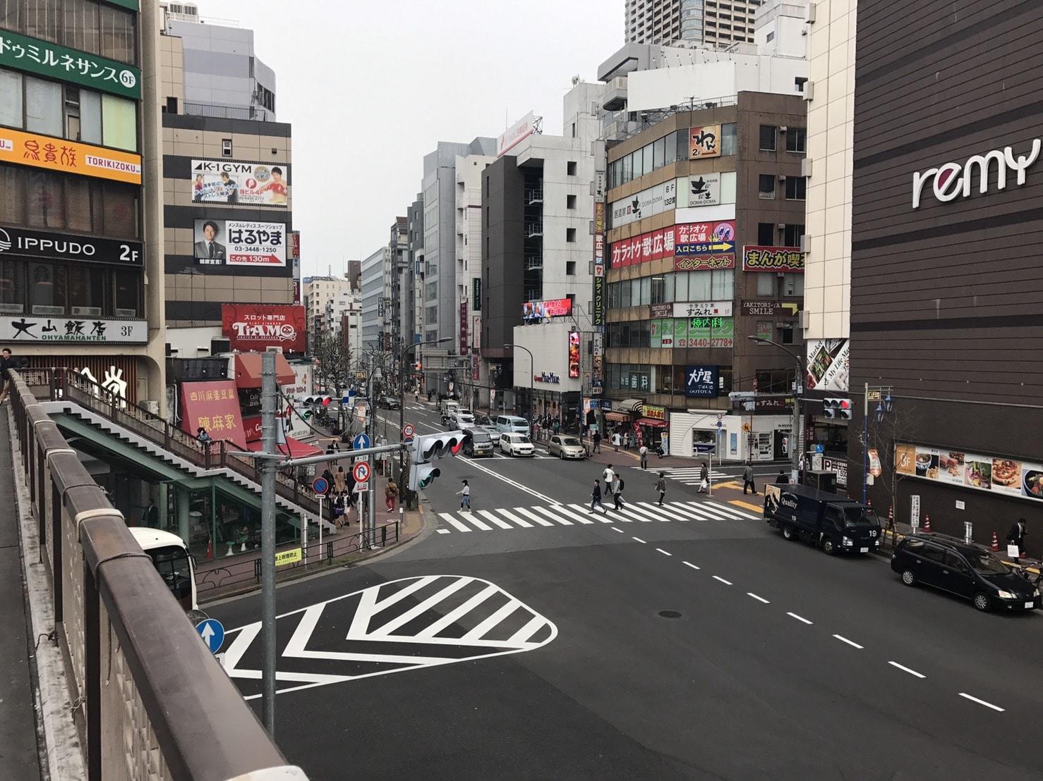 駅前の歩道橋からの様子