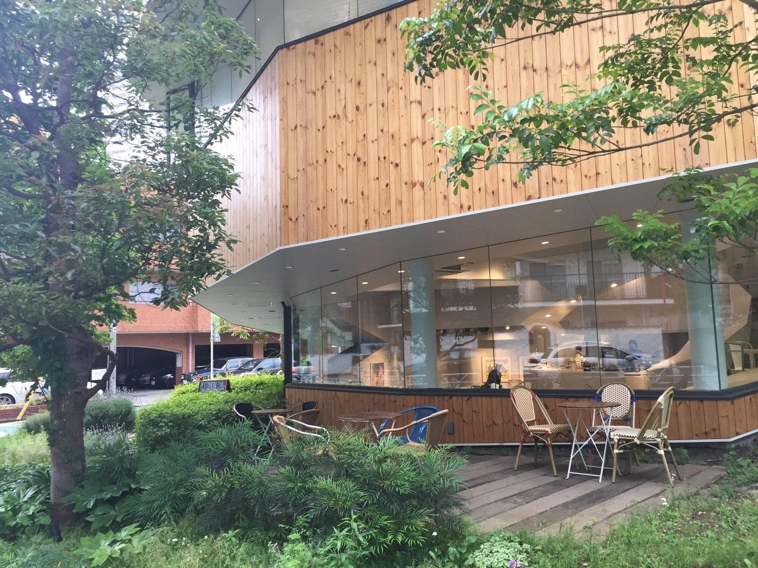 オシャレな外観のカフェ