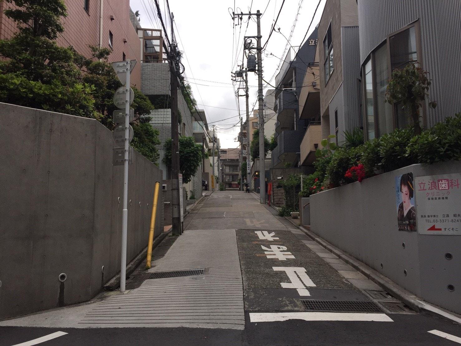 住宅街にあるゆるやかな坂