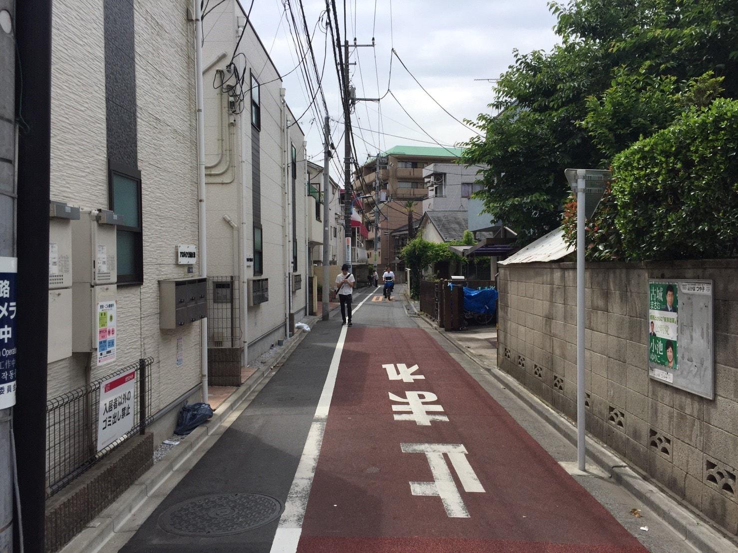 道が細い住宅街の風景