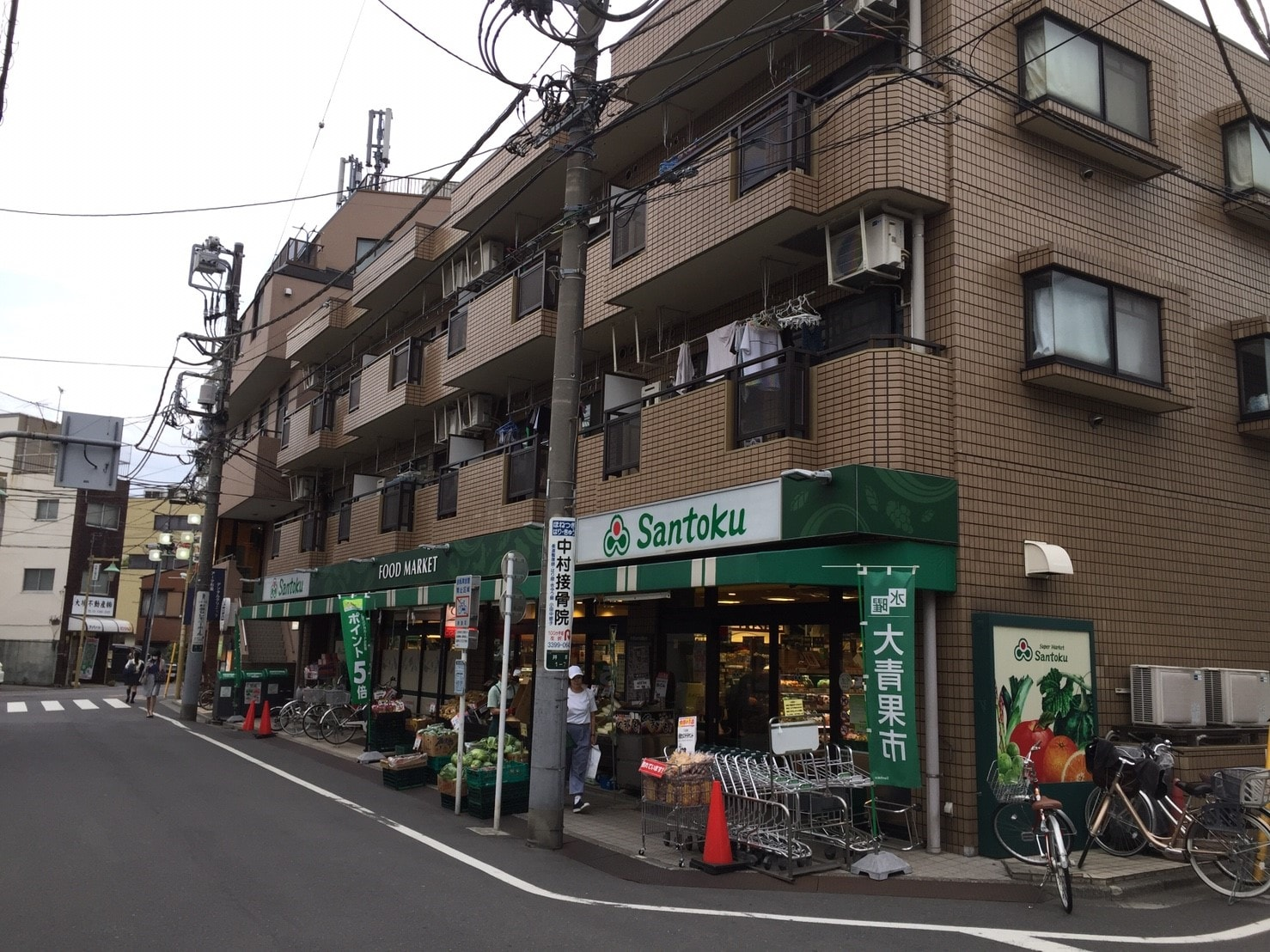 通りに面したスーパー