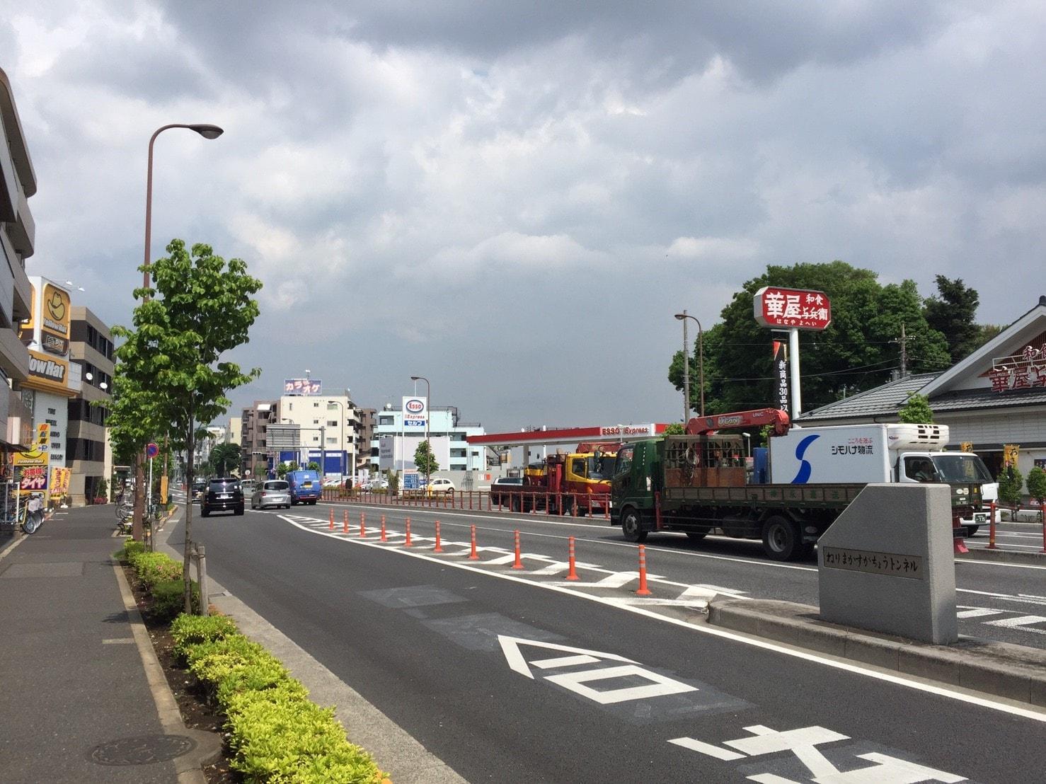 交通量が多い幹線道路の風景