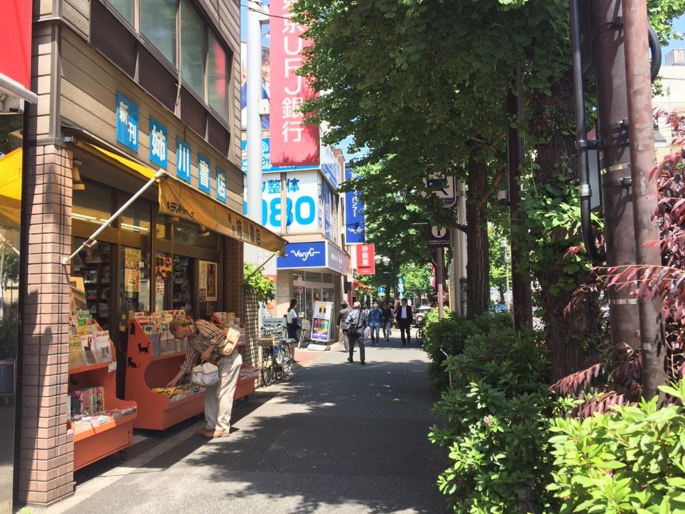 大通り沿いにある古書店