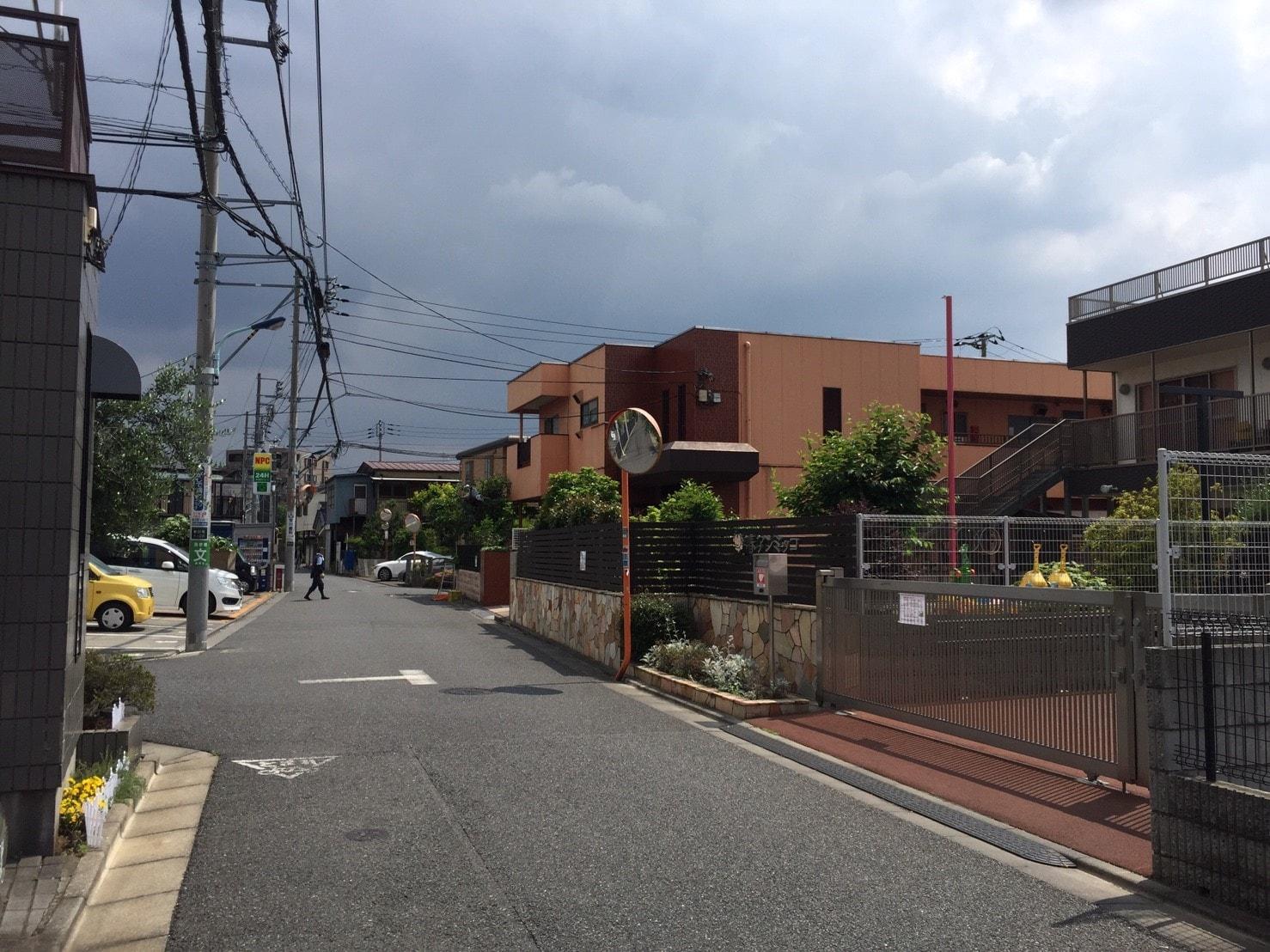 人通りが少なく一戸建てが多い住宅街
