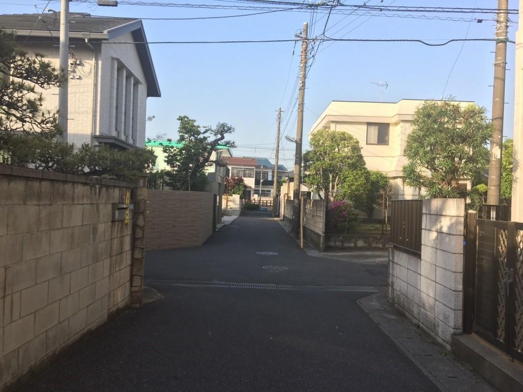道幅が狭い住宅街の十字路