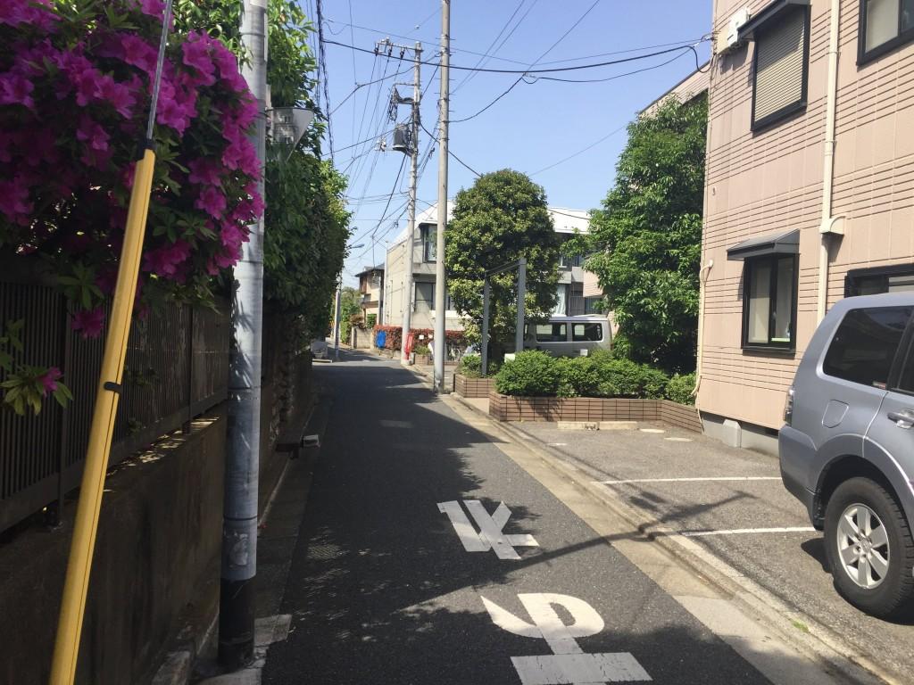 道幅が狭い通りの風景