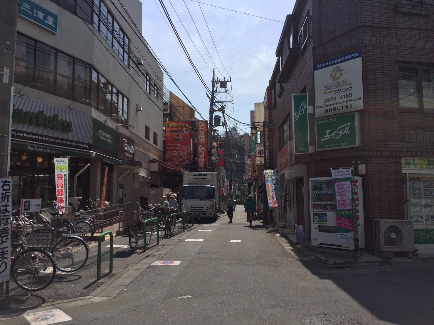 駅前の商店街の風景