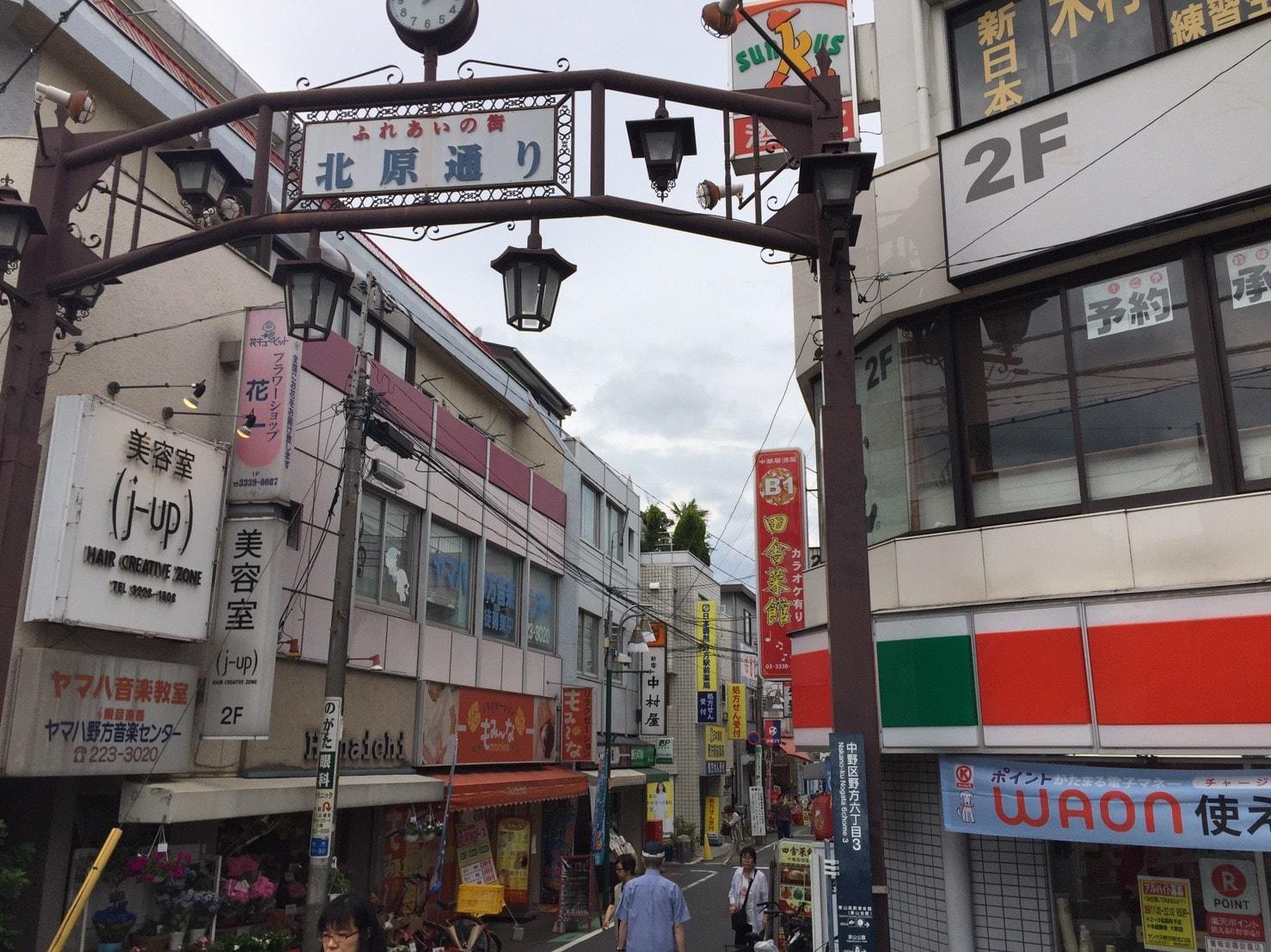 人通りが多い商店街の風景