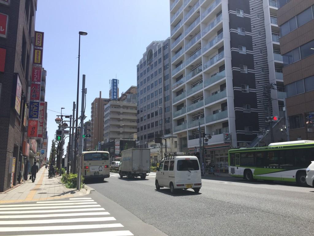 駅前すぐにある大通り