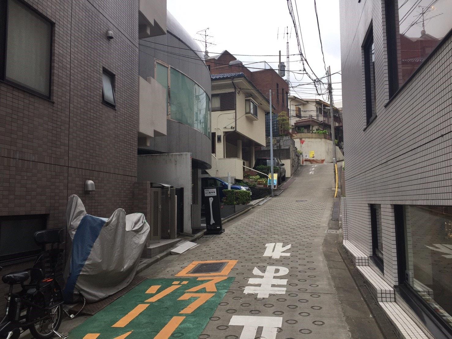 住宅街にある急斜面の坂