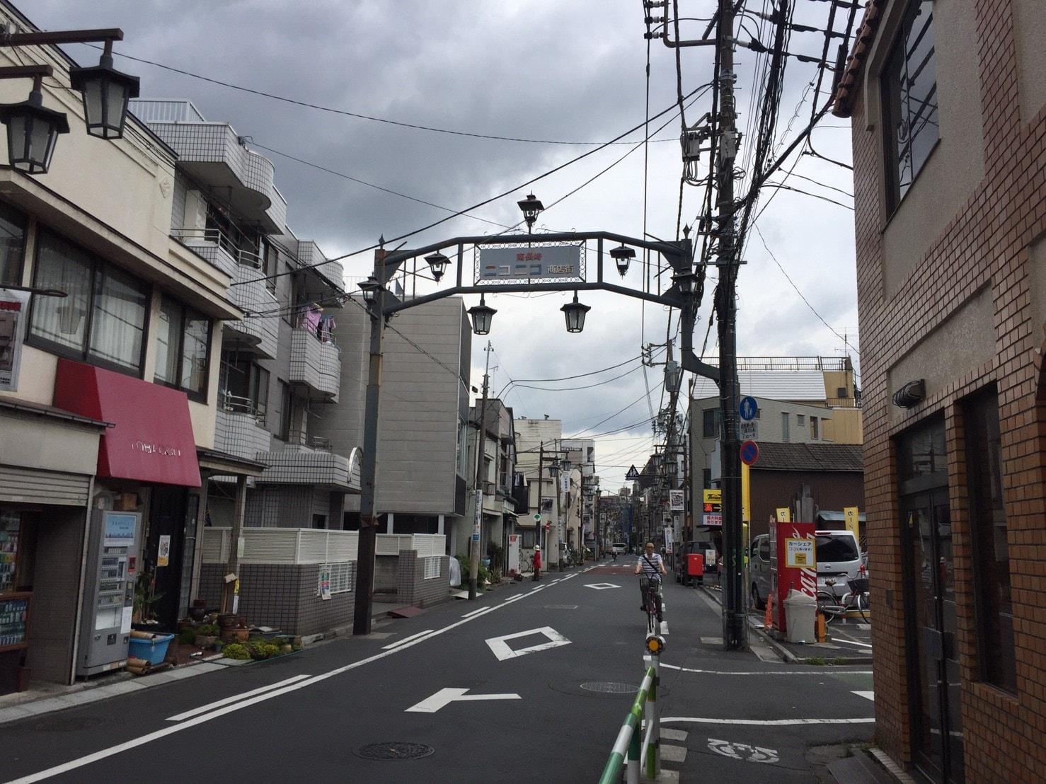 人通りが少ない商店街