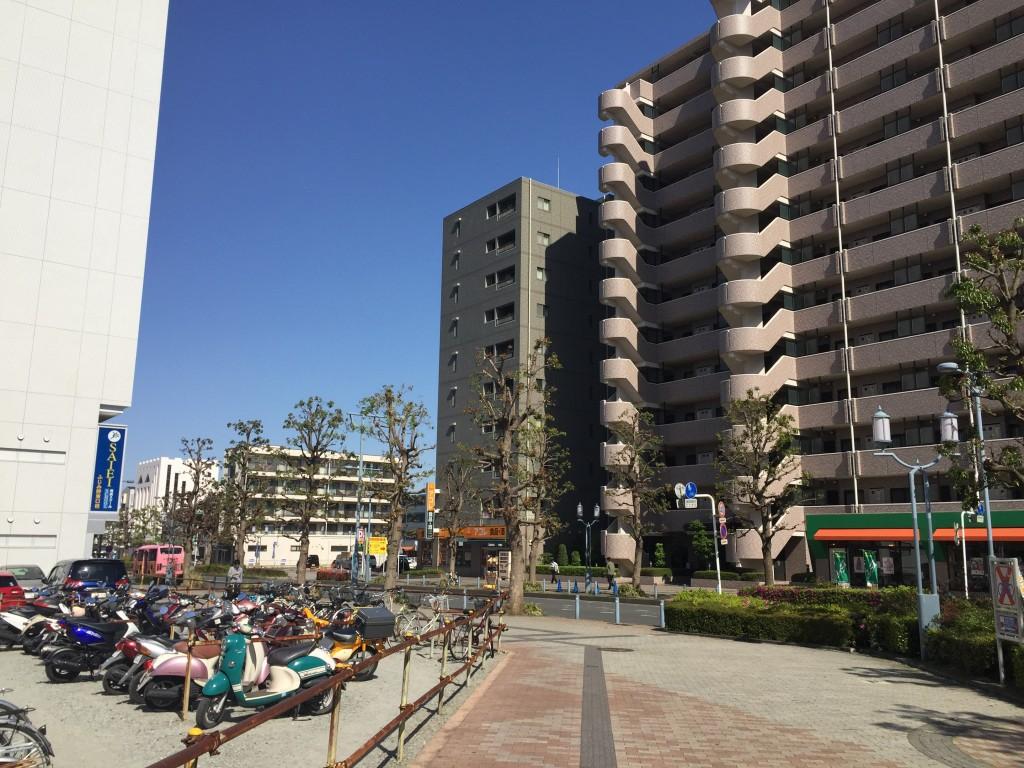 マンションが密集している通りの風景