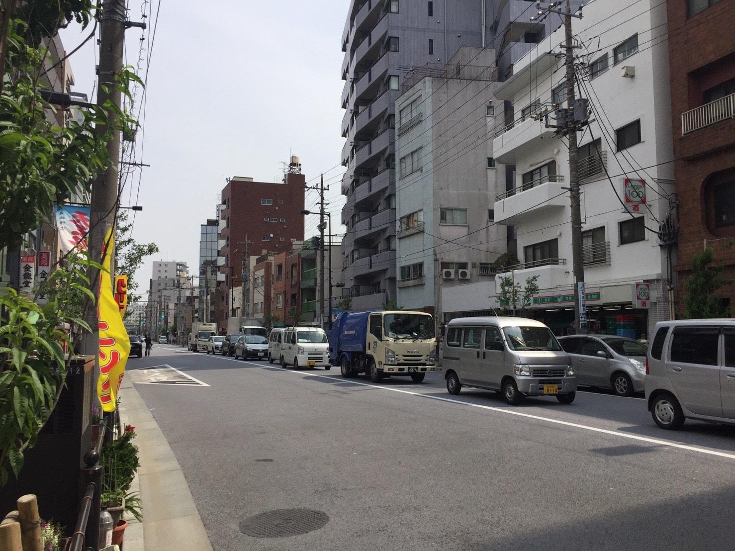 交通量が多い大通りの風景