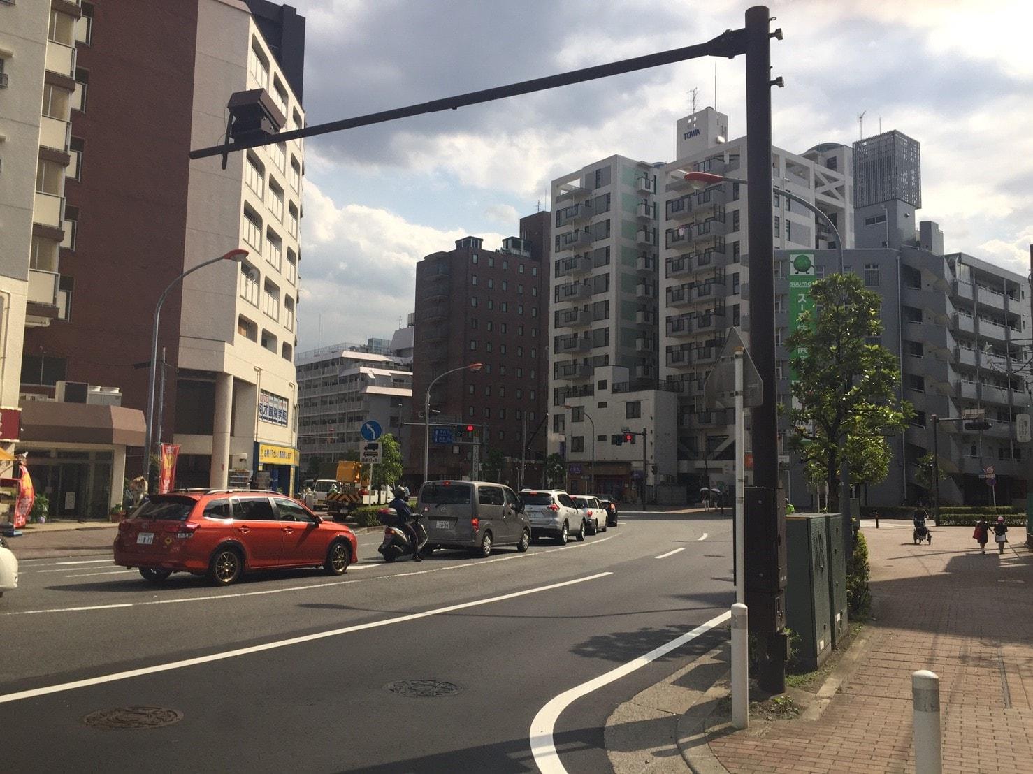 交通量が多い大通り沿いの風景