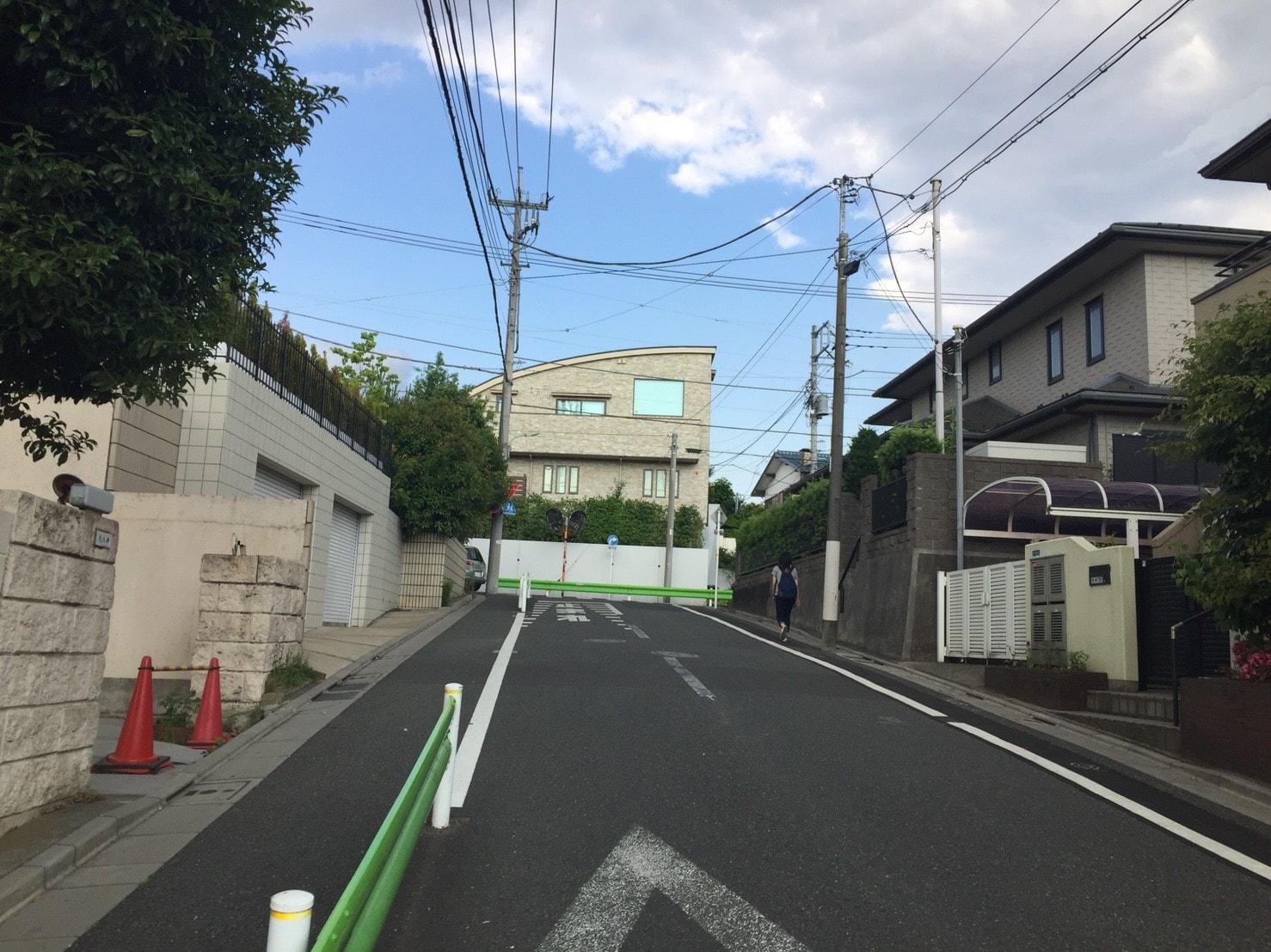 住宅街の急な坂道