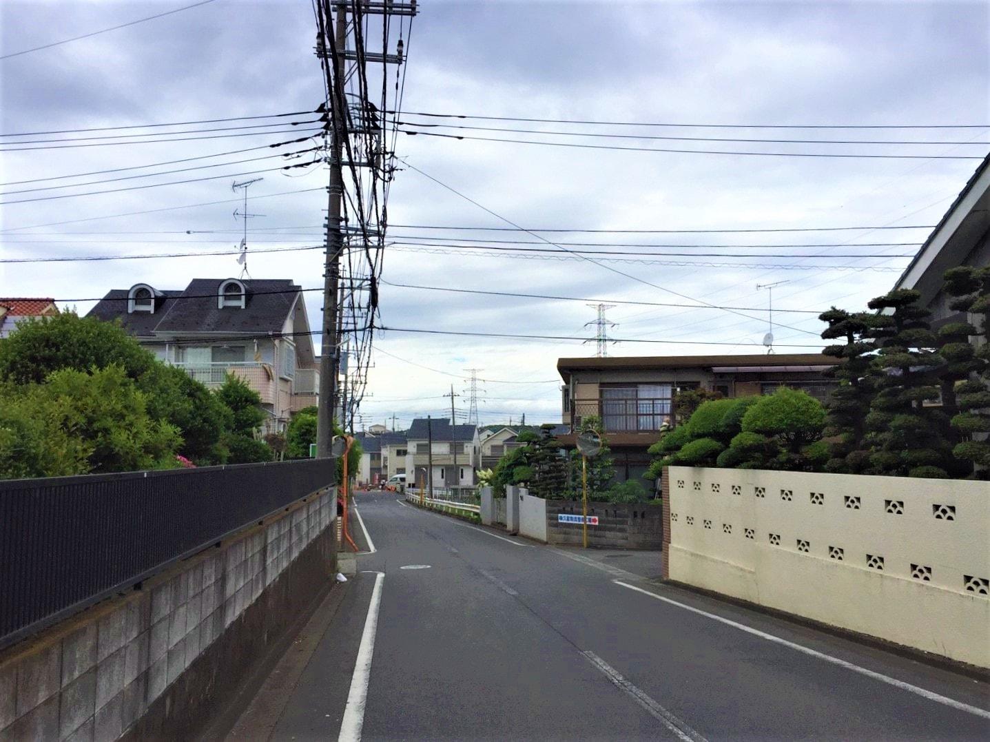住宅街の広い道