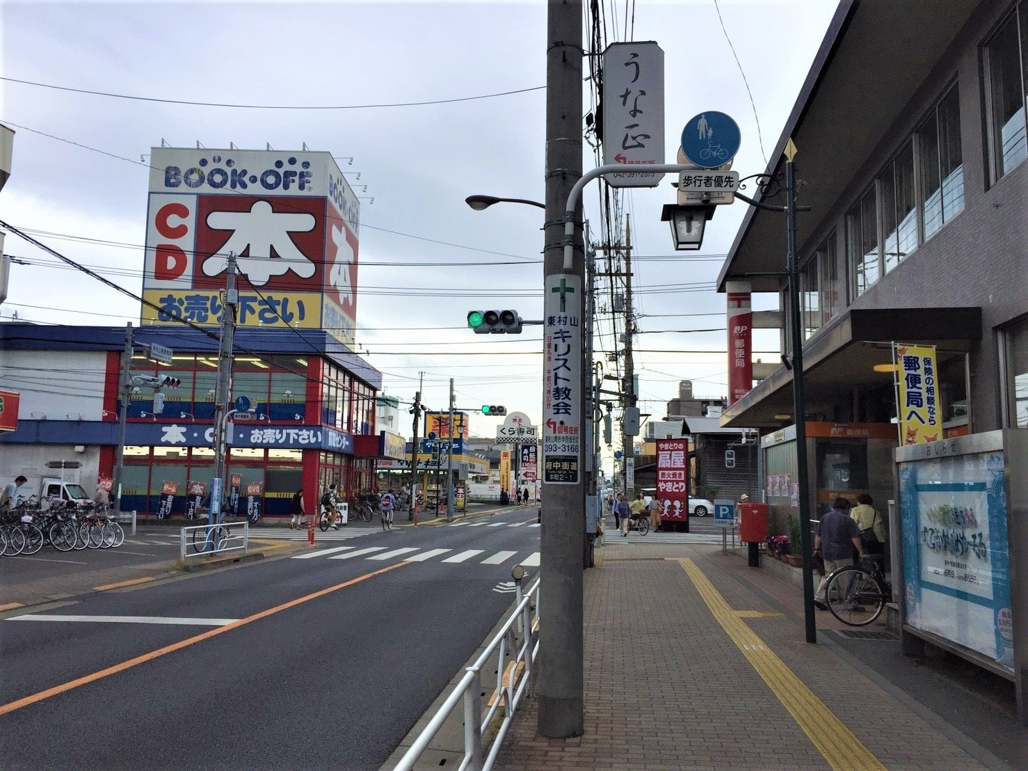 お店が多い大通りの風景