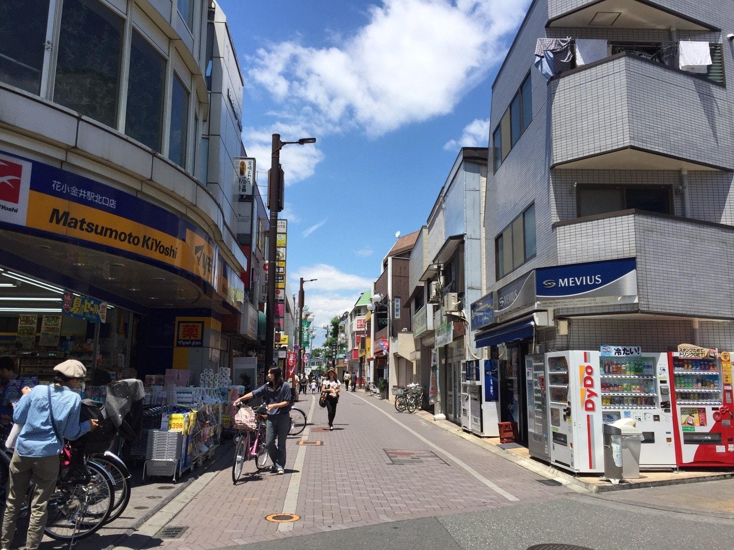 お店が多い駅前の通り