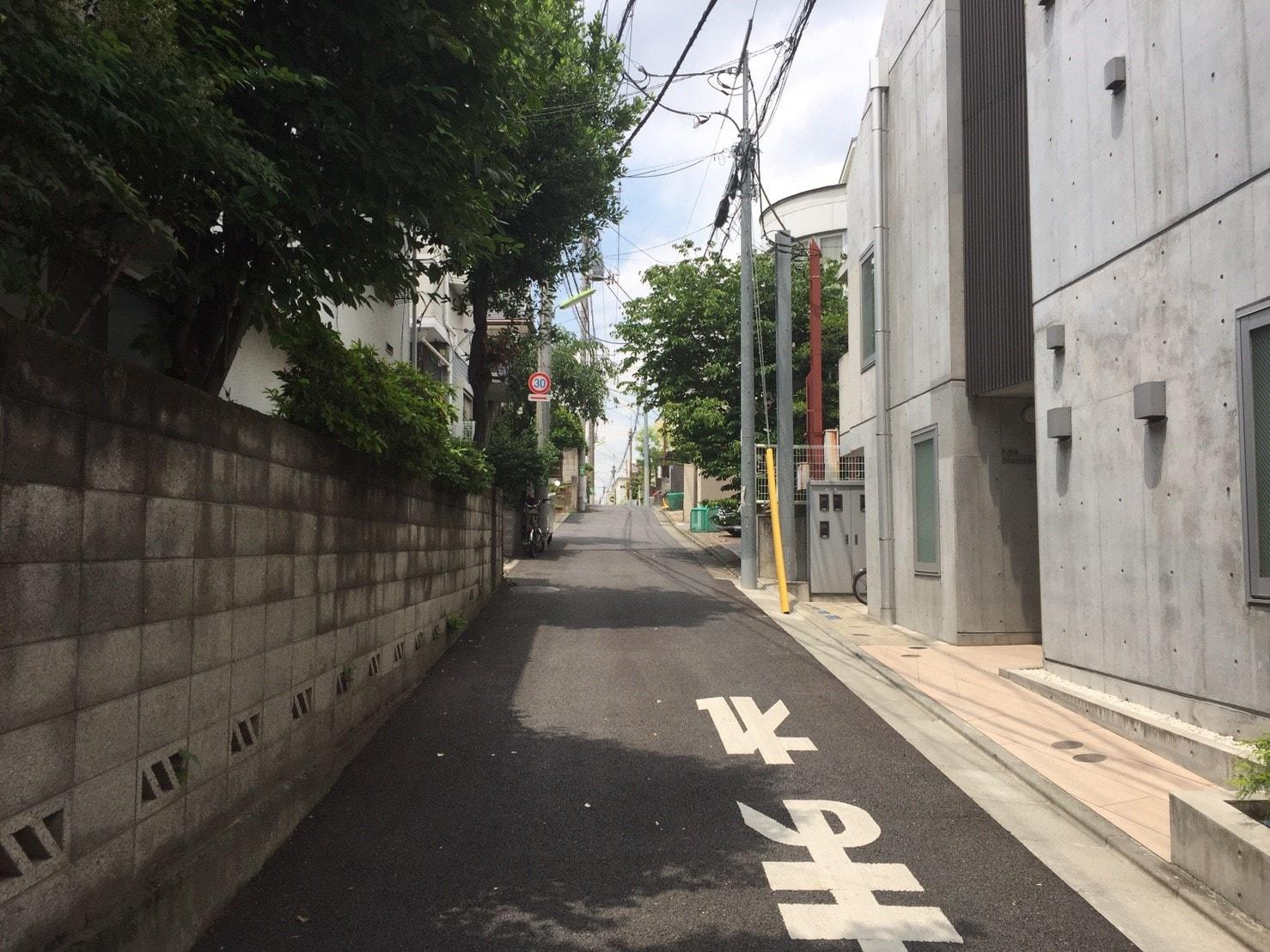 住宅街の緩やかな坂