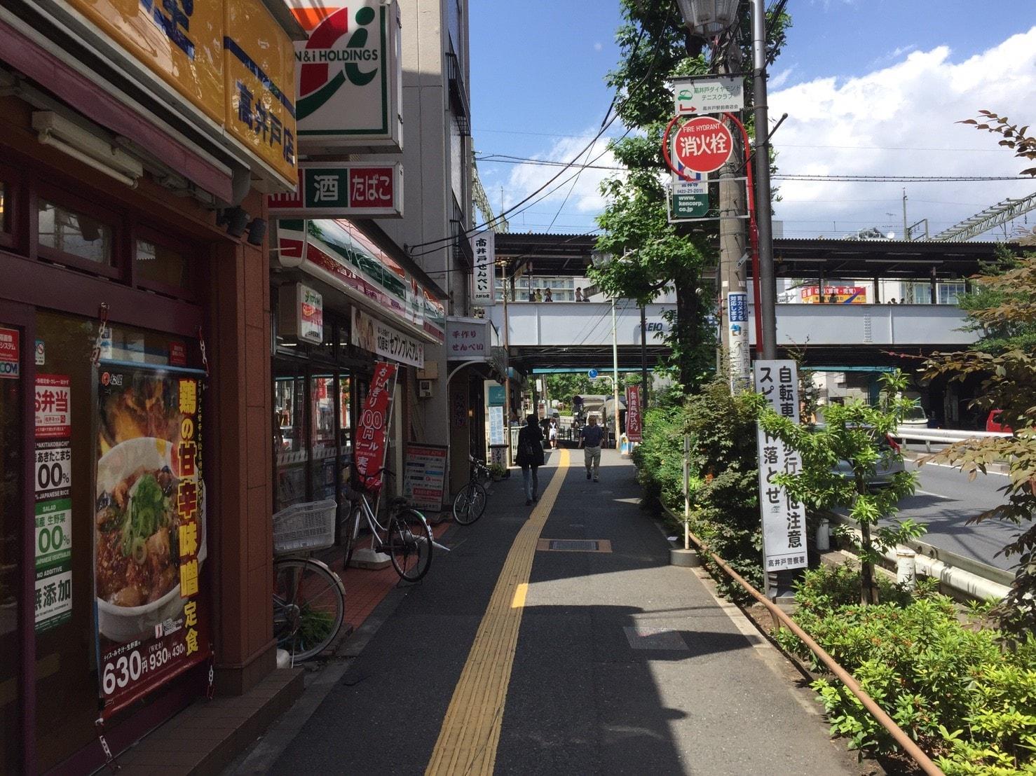 飲食店がある駅前の歩道
