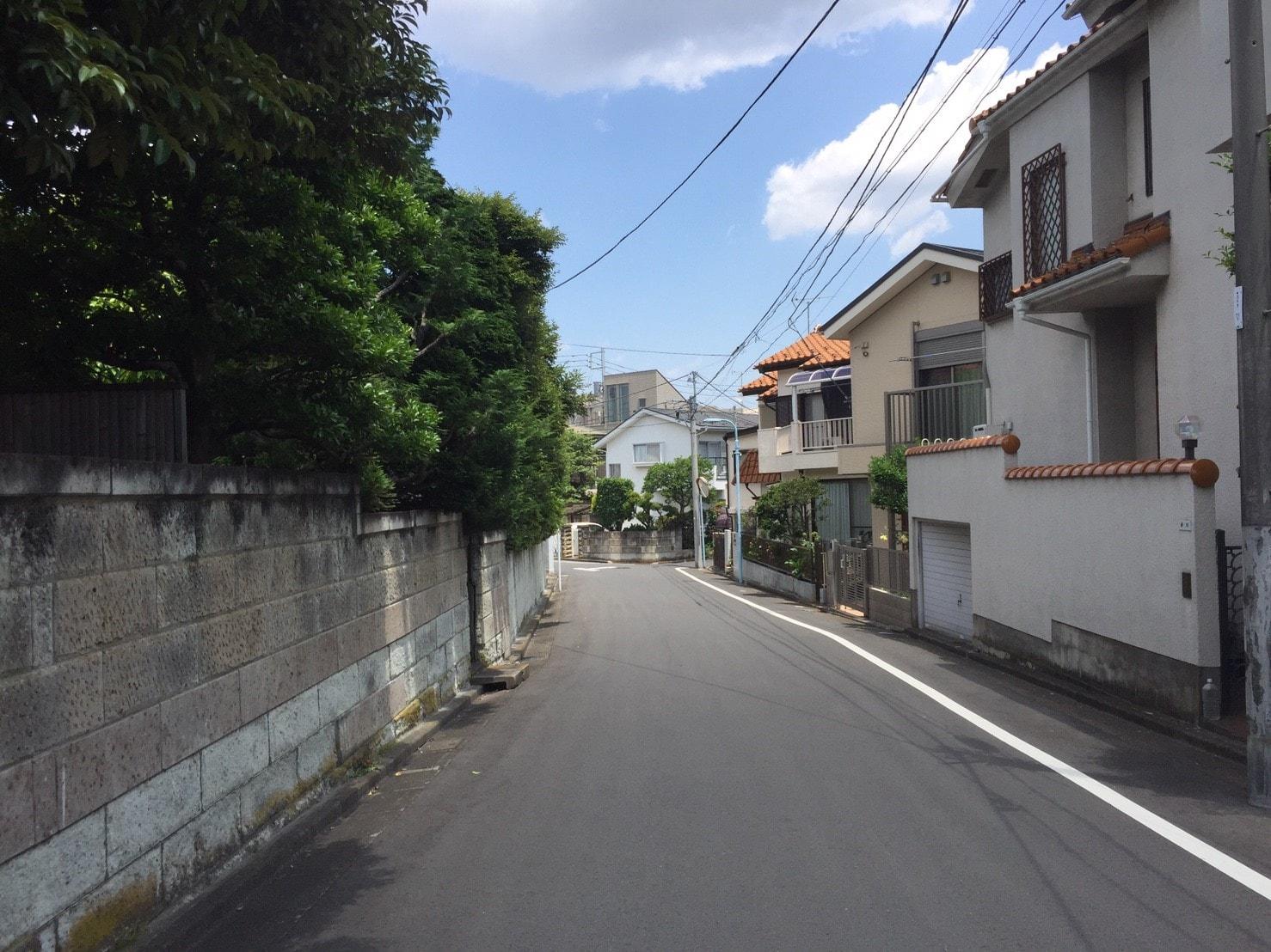 閑静な雰囲気の住宅街の風景