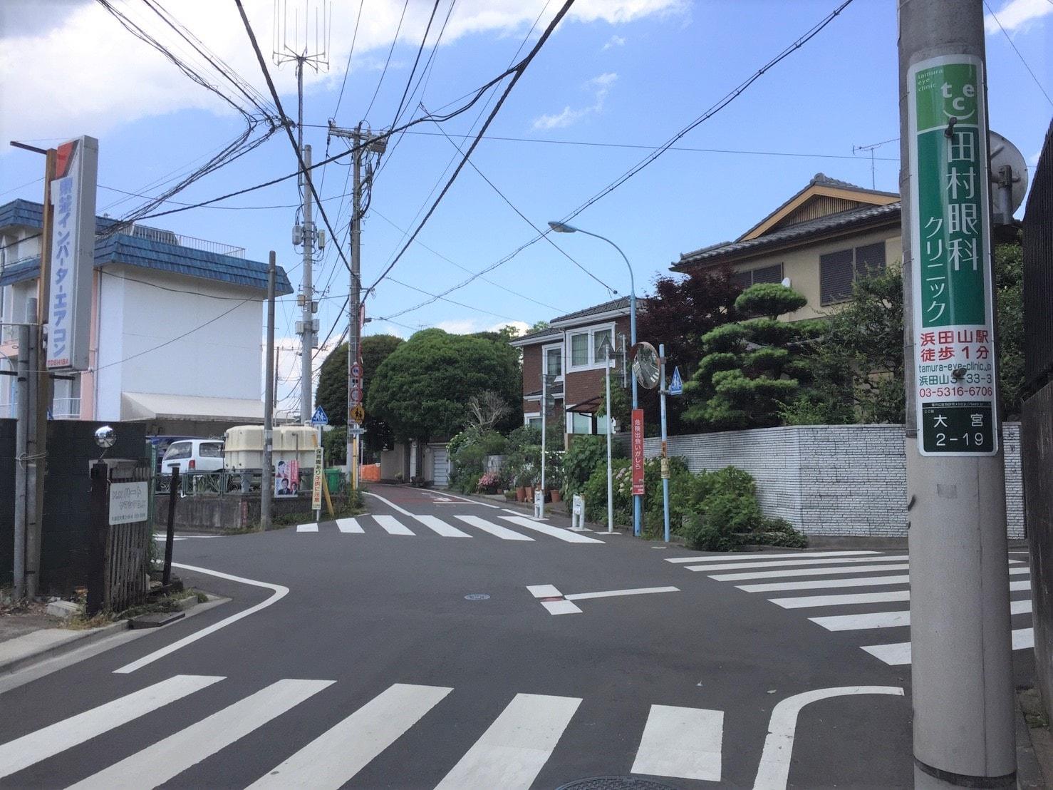 住宅街の道幅が広い通りの風景