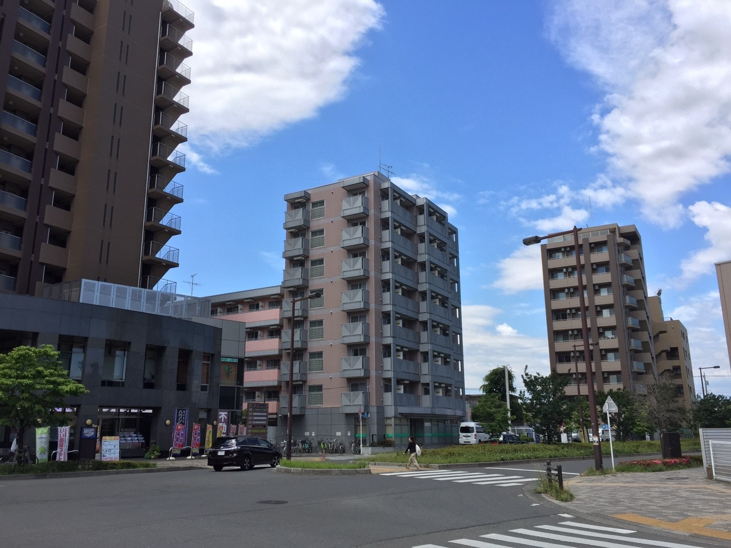 大型のマンションが並んでいる通り