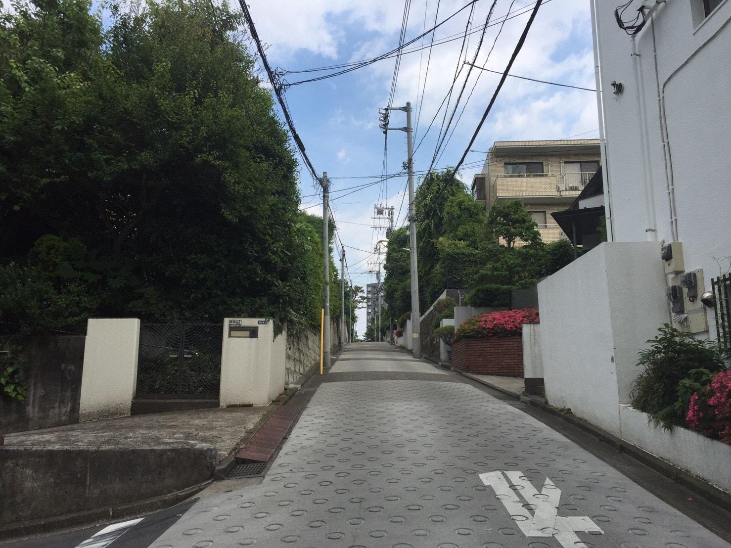 住宅街の急な坂