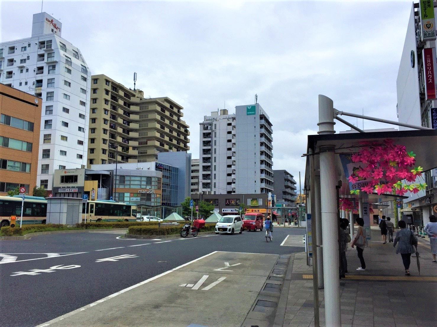 建物が多く建っている駅前の風景