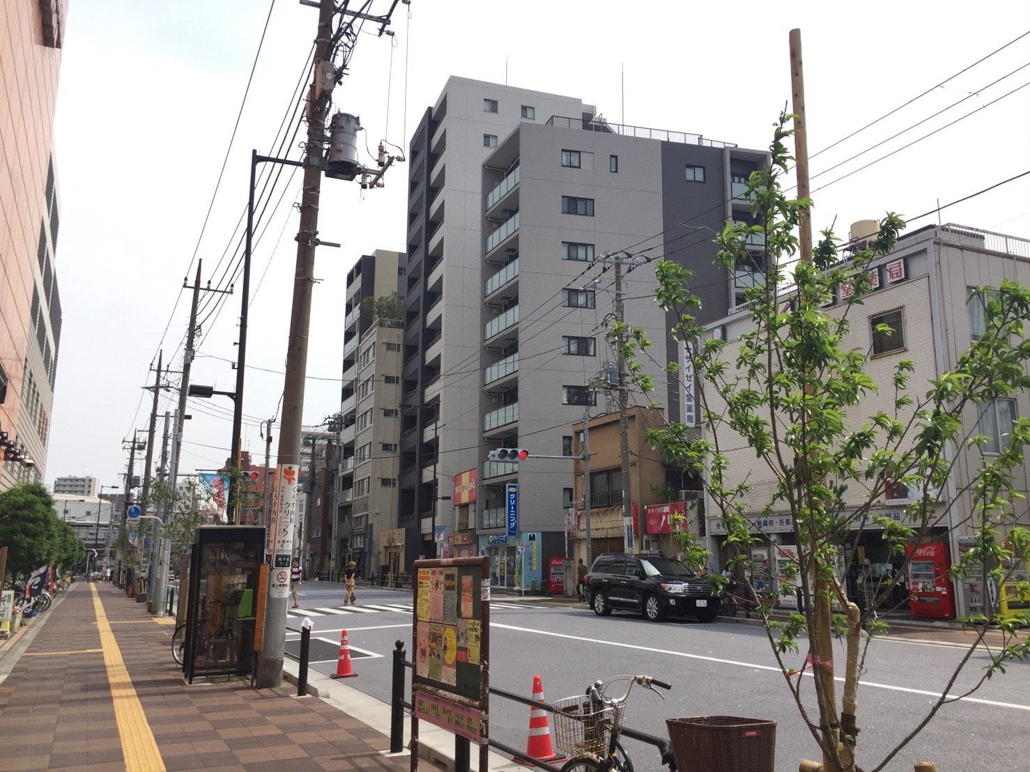 大通り沿いに並んでいる大型マンションの外観