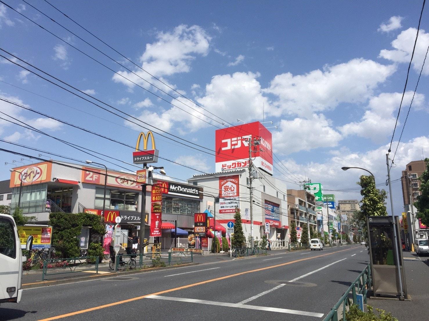 大通り沿いにあるショッピングモール
