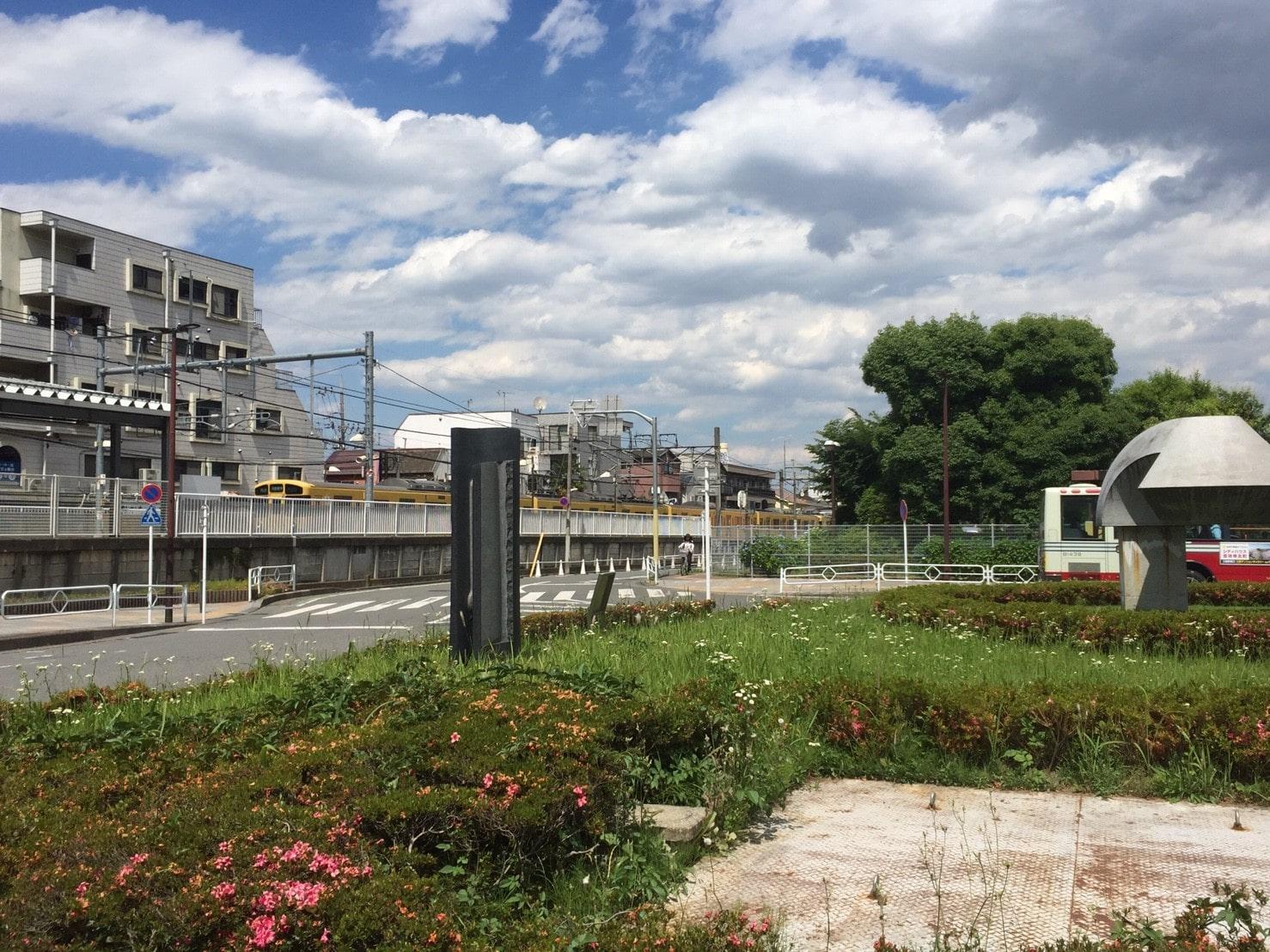 駅前の落ち着いた風景
