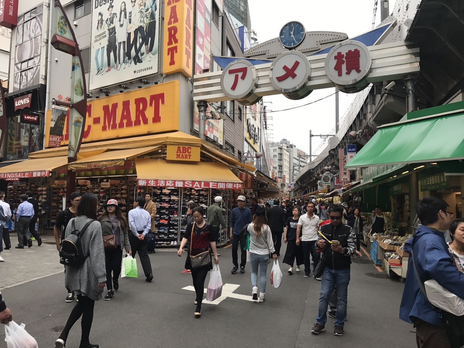 上野駅近くのアメ横商店街