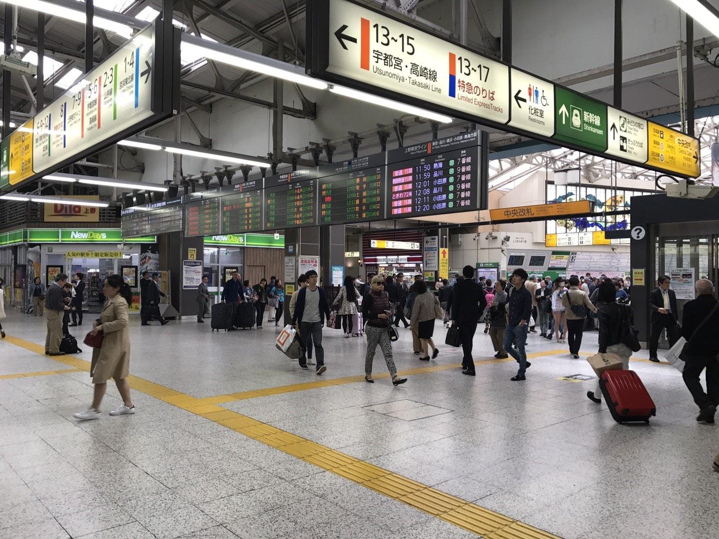 人通りが多い駅構内