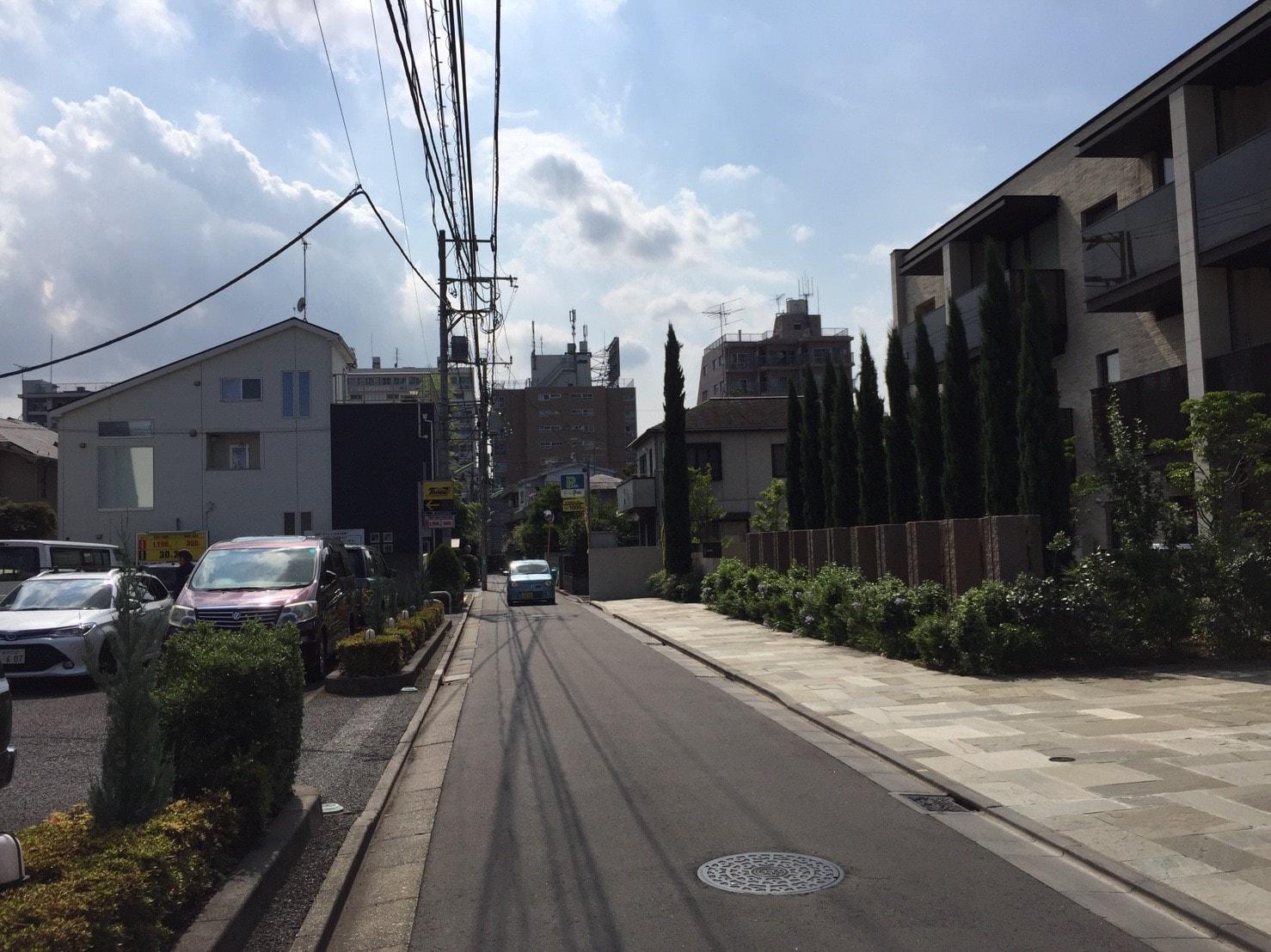 マンションが多い住宅街の雰囲気