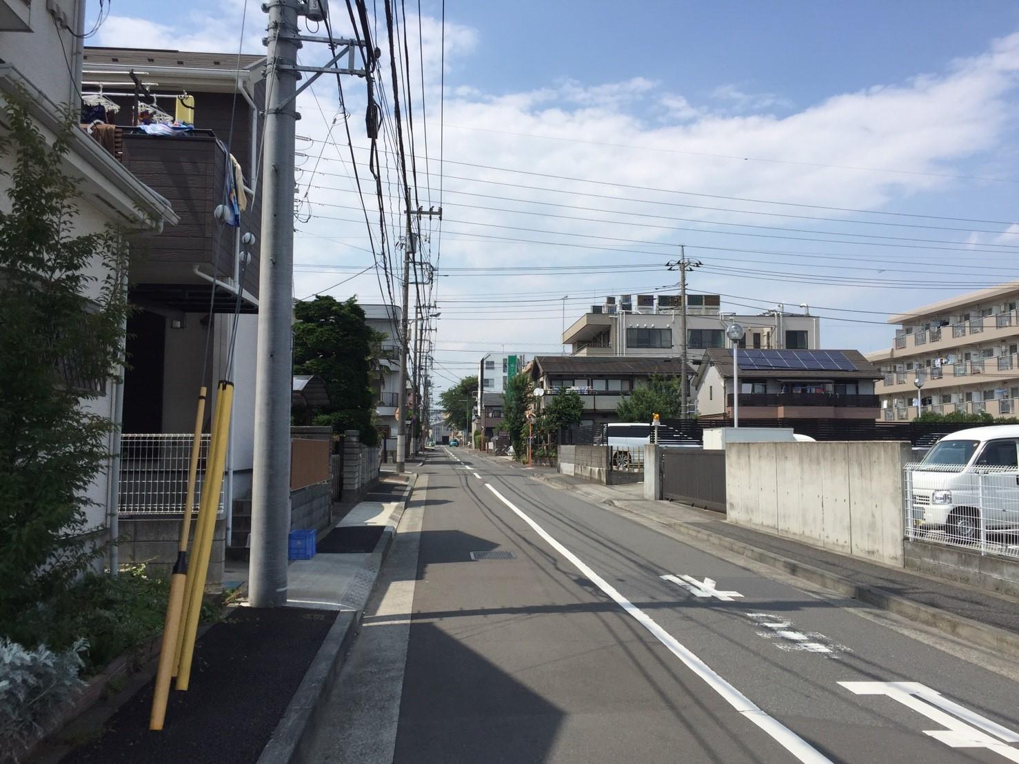 街灯が少ない細い道