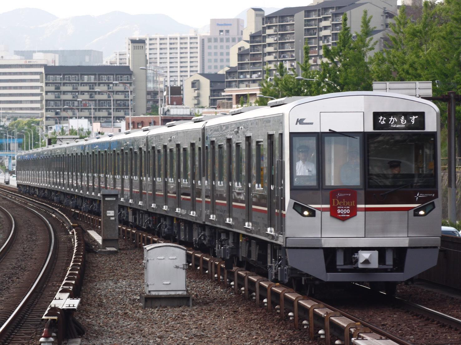 江坂駅を通る電車