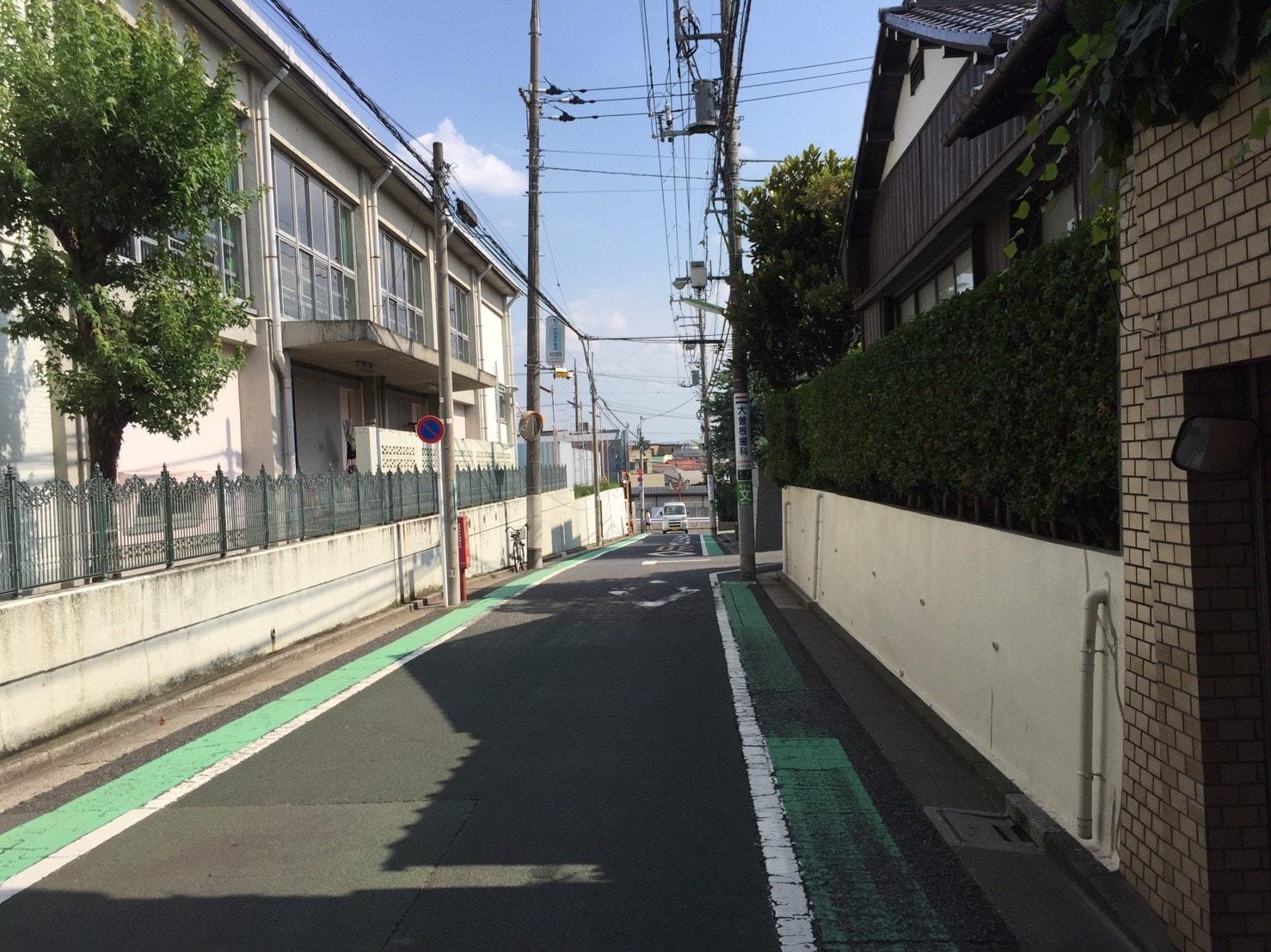 住宅街の通りにある学校