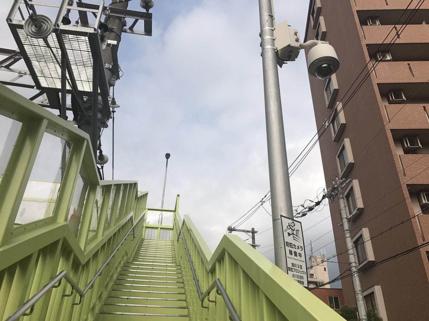 歩道橋付近の防犯カメラ