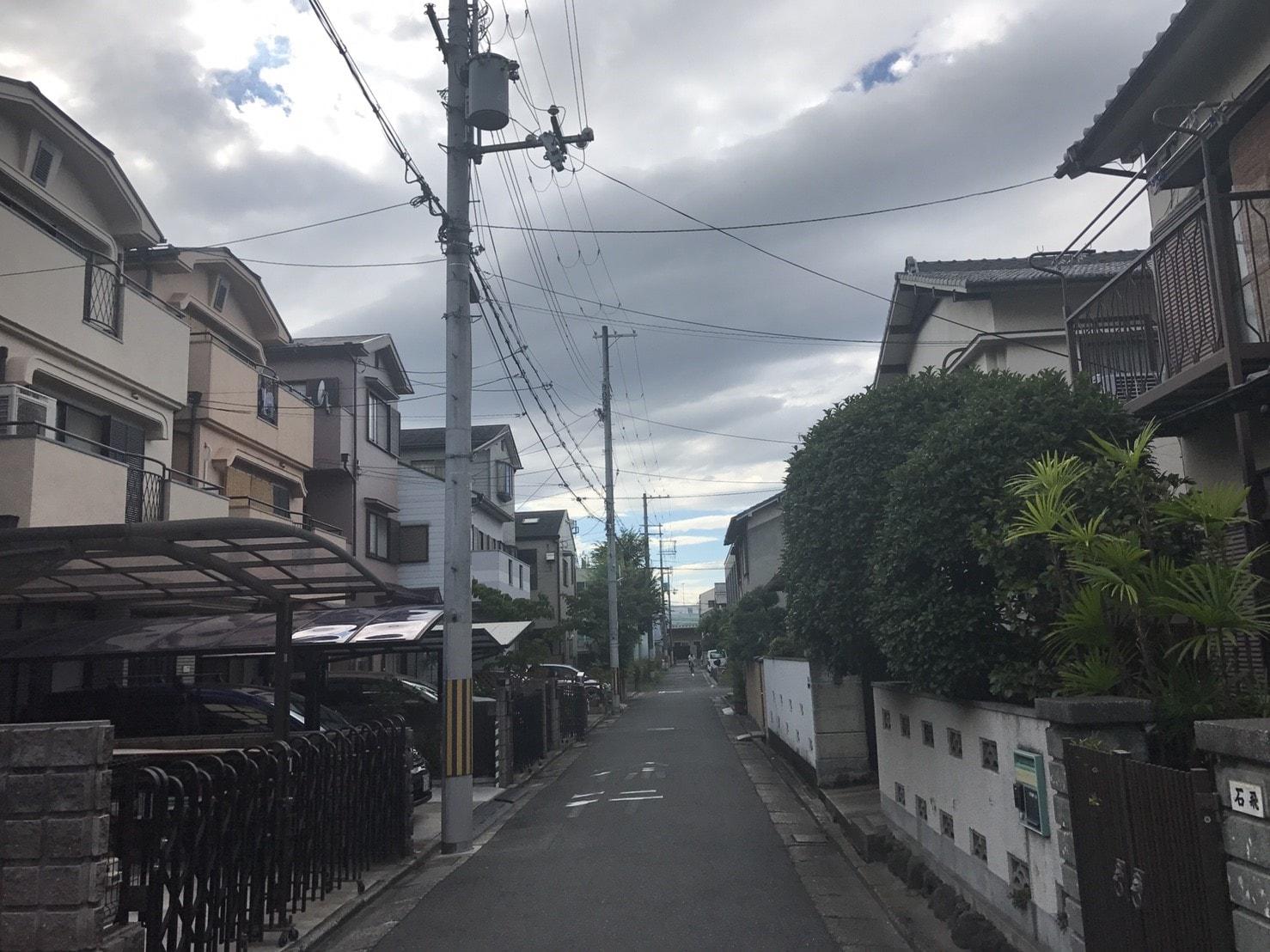 住宅街に設置された防犯カメラ