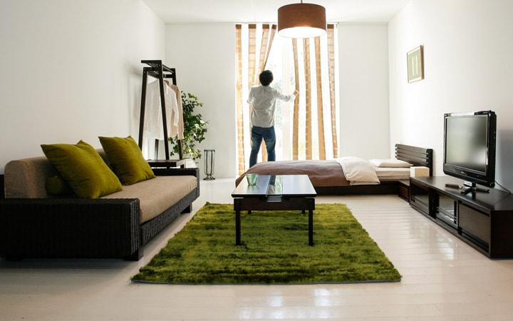 低い家具で広く見せている部屋
