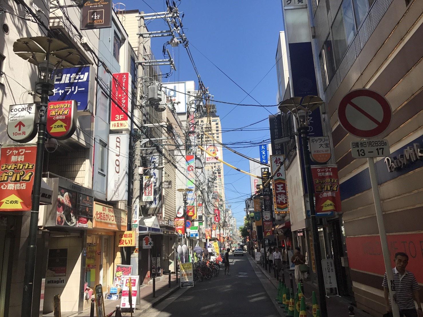 古めの建物が並ぶ路地