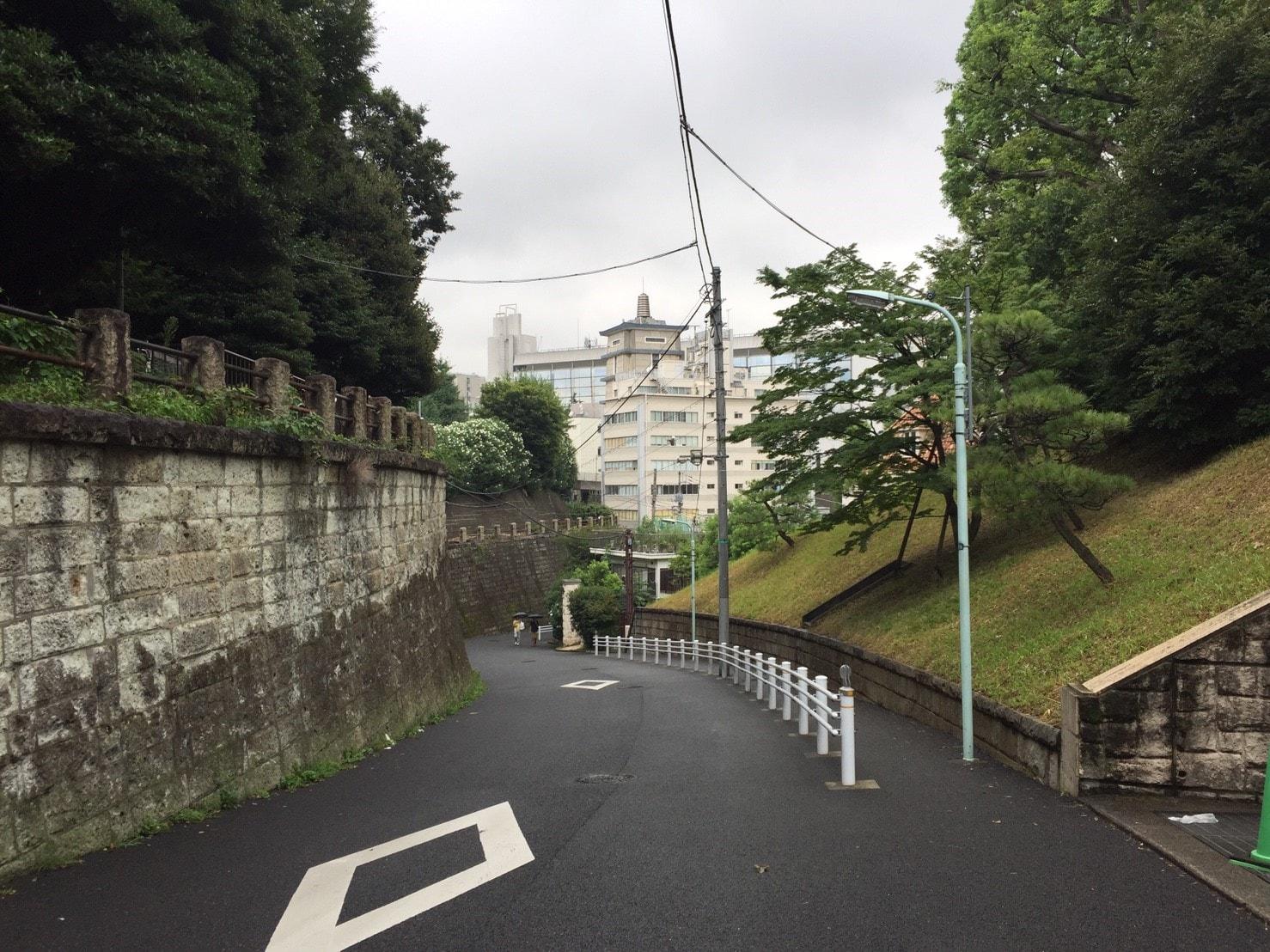 信濃町周辺の急な坂道