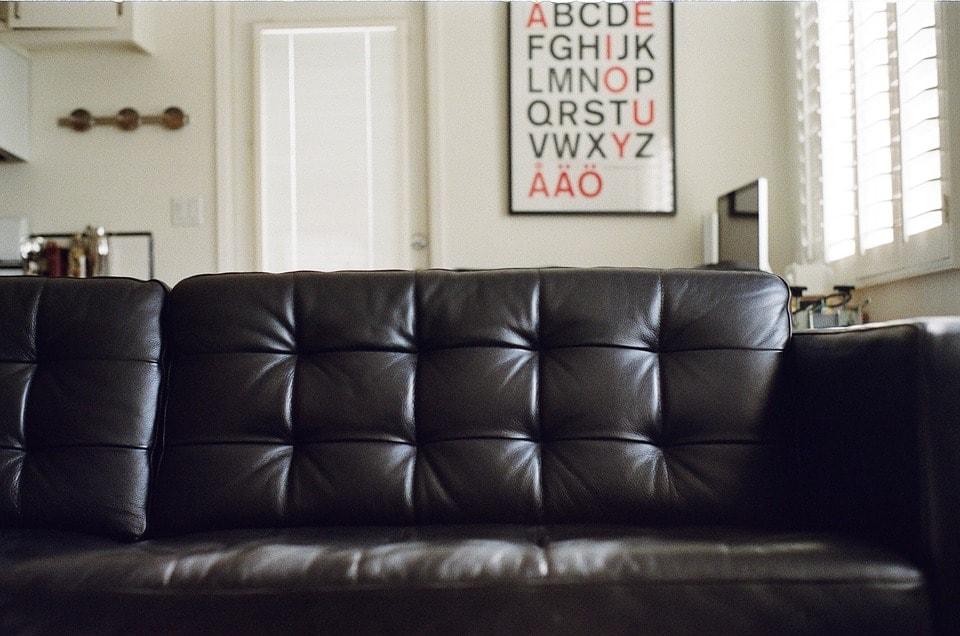 黒いソファの写真