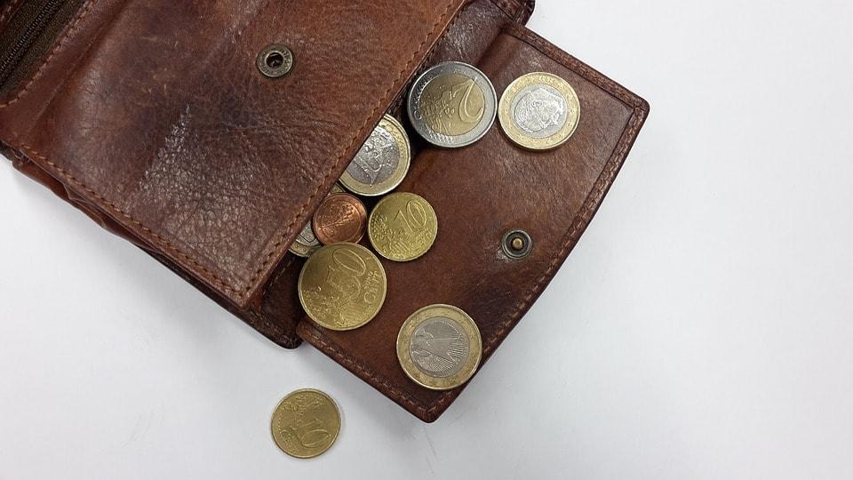 財布と硬貨の画像