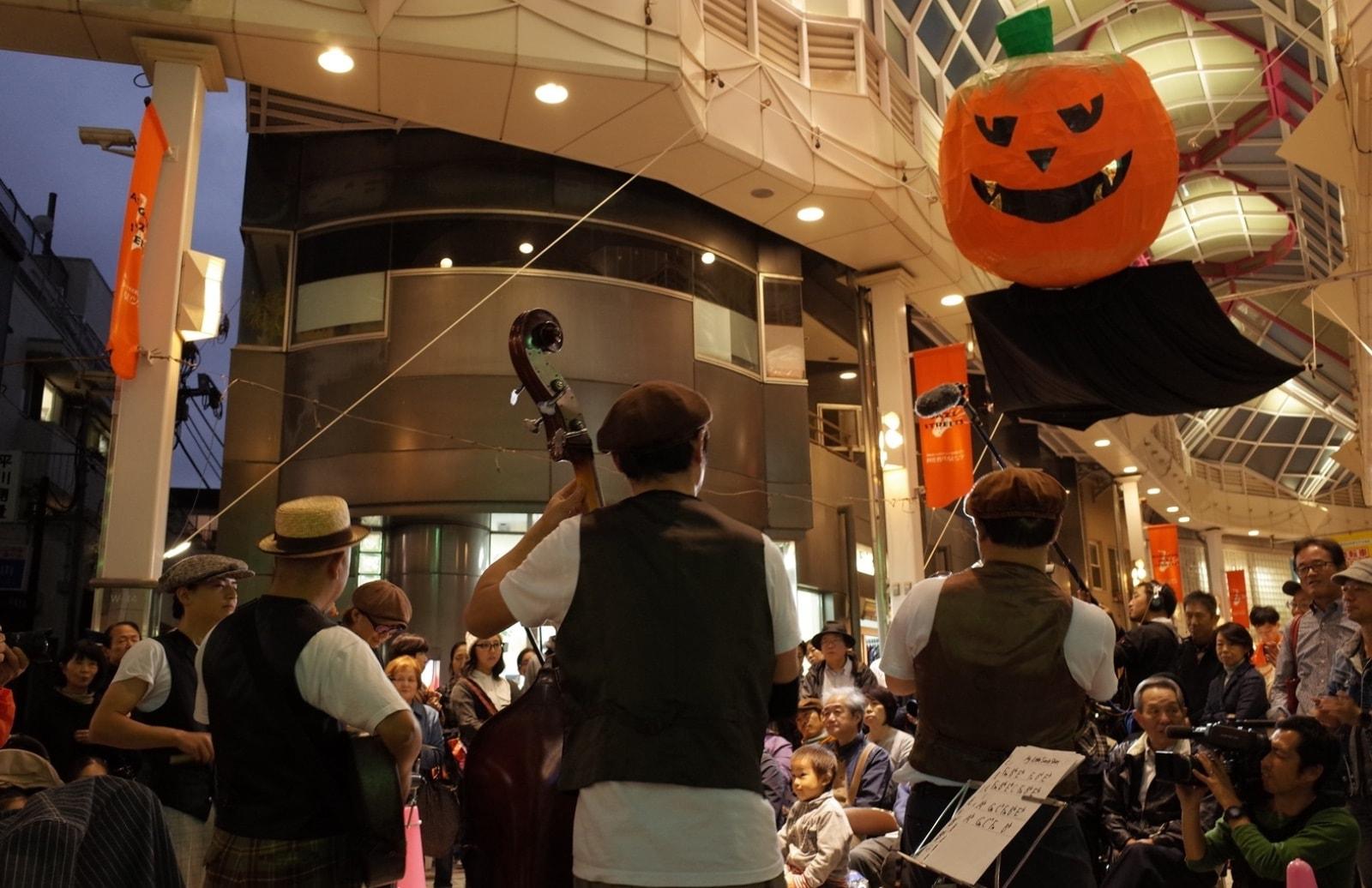 商店街で楽器を演奏している様子