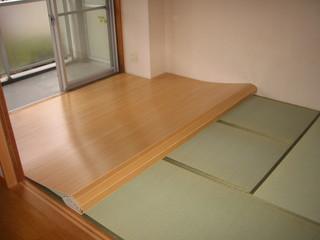 ウッドカーペットを敷いている途中の和室